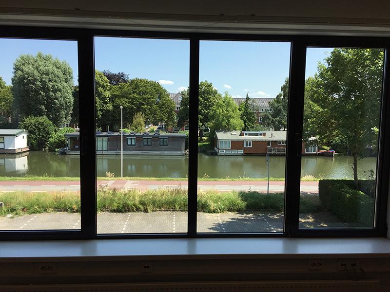 Uitzicht kamer 7 op Merwedekanaal Bedrijfsverzamelgebouw kantoor Utrecht Kanaalweg